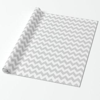 Chevron gris claro y blanco papel de regalo