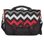 Chevron negro y blanco con la raya roja bolsas para portátil