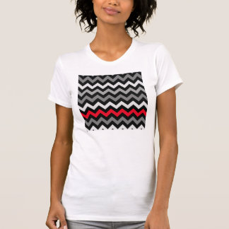 Chevron negro y blanco con la raya roja camiseta