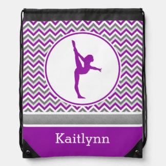 Chevron púrpura raya la gimnasia con el monograma mochilas