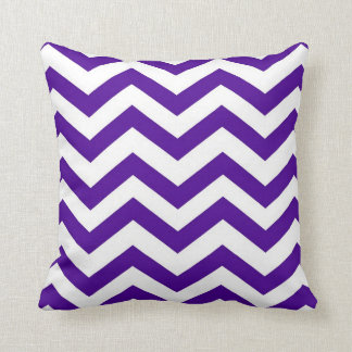 Chevron púrpura y blanco almohadas
