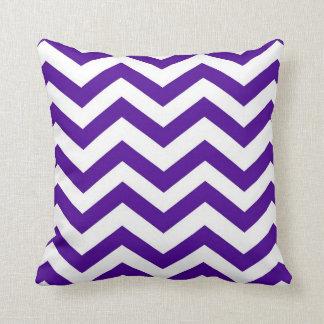 Chevron púrpura y blanco cojín