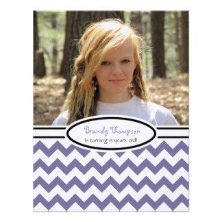 Chevron púrpura y blanco Imagen Invitación del f