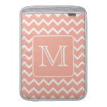 Chevron rosado y blanco coralino con el monograma  funda  MacBook