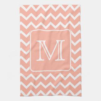 Chevron rosado y blanco coralino con el monograma  toallas de mano