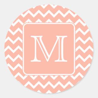 Chevron rosado y blanco coralino con el monograma pegatina redonda
