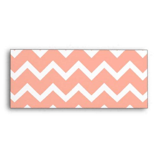 Chevron rosado y blanco coralino con el monograma  sobres