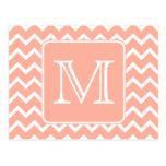 Chevron rosado y blanco coralino con el monograma  tarjetas postales
