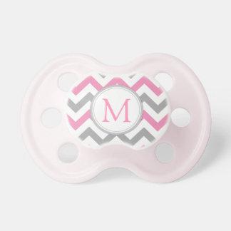 Chevron rosado y gris con monograma chupetes de bebé