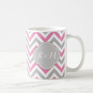 Chevron rosado y gris de Bubblegum con iniciales Taza Clásica