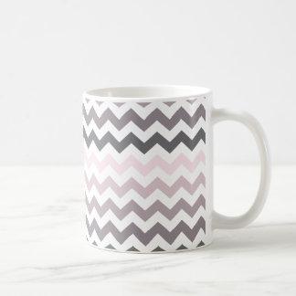 Chevron rosado y gris taza clásica