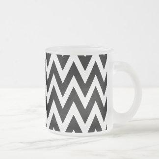 Chevron soña el vidrio esmerilado blanco y negro taza