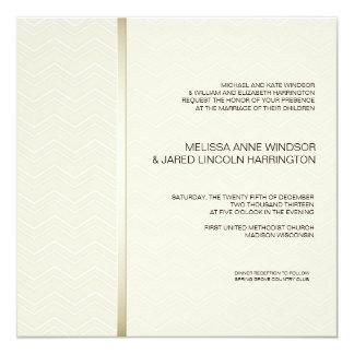 "Chevron sutil Ecru en asequible moderno de marfil Invitación 5.25"" X 5.25"""
