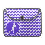 Chevron violeta azul; Patinaje artístico Fundas Para Macbooks