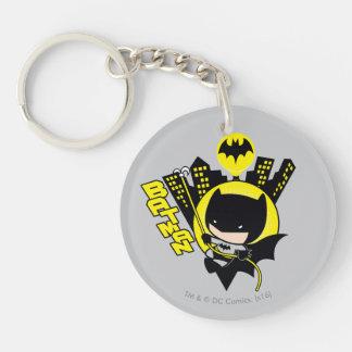 Chibi Batman que escala la ciudad Llavero Redondo Acrílico A Doble Cara