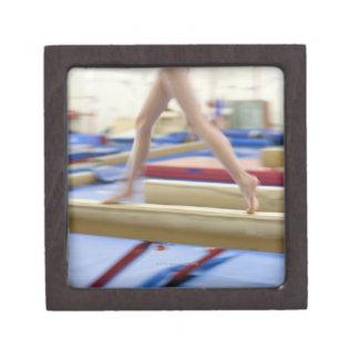 Chica (16-17) que corre en el haz de balanza, caja de recuerdo de calidad