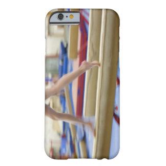 Chica (16-17) que corre en el haz de balanza, funda barely there iPhone 6