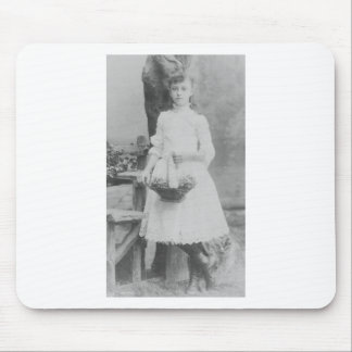 chica 1900 s que sostiene la cesta tapetes de ratones