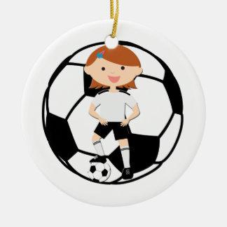 Chica 3 del fútbol y bola blanco y negro adorno navideño redondo de cerámica