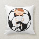 Chica 3 del fútbol y bola blanco y negro almohada