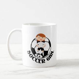 Chica 3 del fútbol y bola blanco y negro tazas