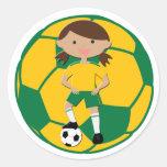 Chica 4 del fútbol y verde y amarillo de la bola pegatinas redondas