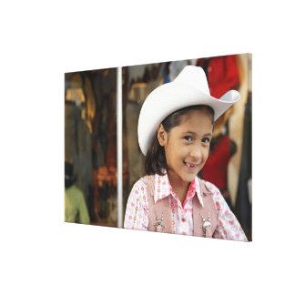 Chica (8-10) stetson que lleva, sonriendo impresion de lienzo