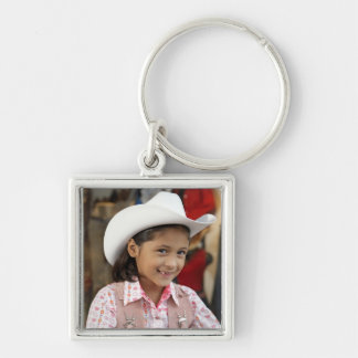 Chica (8-10) stetson que lleva, sonriendo llaveros personalizados