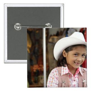 Chica (8-10) stetson que lleva, sonriendo pin cuadrado