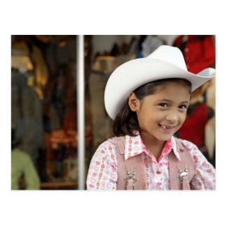 Chica (8-10) stetson que lleva, sonriendo tarjeta postal