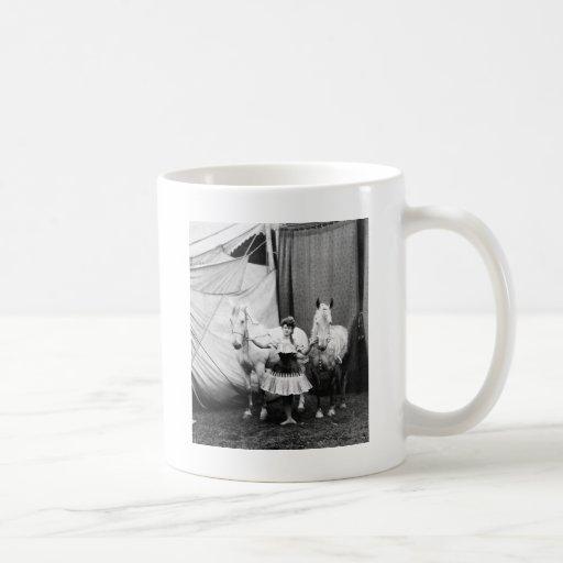 Chica a pelo: 1904 taza básica blanca
