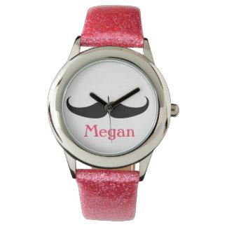 Chica adolescente del cumpleaños del bigote del relojes de pulsera