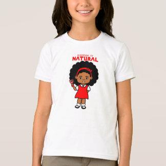 Chica afroamericano con el dibujo animado grande camisas