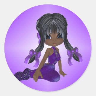 Chica afroamericano en ropa púrpura pegatina redonda