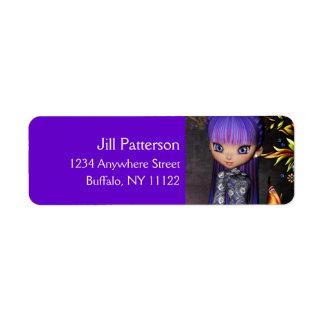 Chica asiático con las etiquetas púrpuras del etiquetas de remite