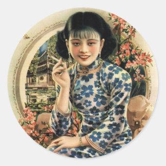 Chica asiático del anuncio de los cigarrillos del pegatina redonda