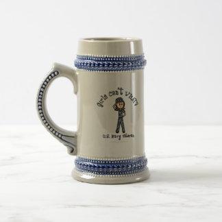 Chica azul claro del veterano de la marina de jarra de cerveza