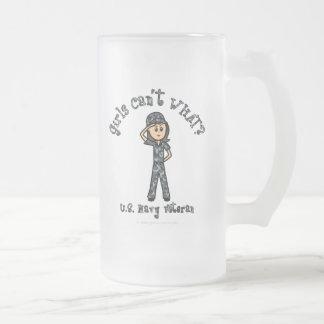Chica azul claro del veterano de la marina de taza de cristal