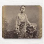 Chica birmano joven, c.1875 alfombrilla de ratones