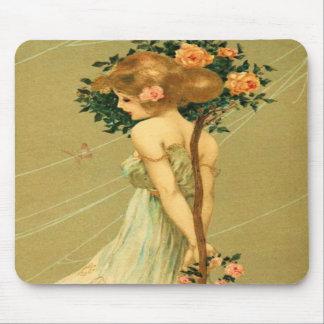 Chica bonito del vintage con los rosas y la maripo tapetes de raton