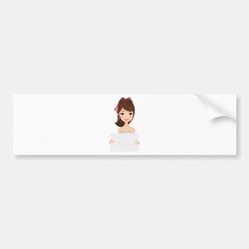 Chica bonito que lleva a cabo la muestra etiqueta de parachoque