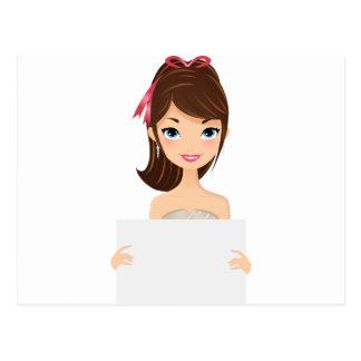 Chica bonito que lleva a cabo la muestra postales