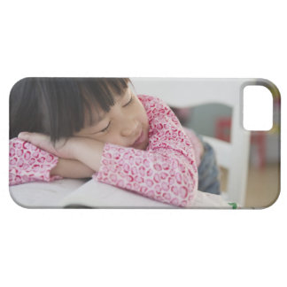Chica chino napping en los libros de texto iPhone 5 fundas