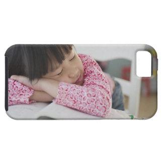 Chica chino napping en los libros de texto iPhone SE/5/5s case