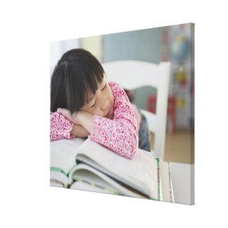 Chica chino napping en los libros de texto impresión en lienzo estirada