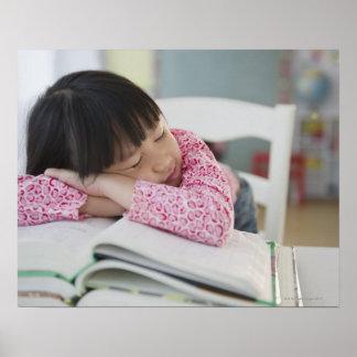 Chica chino napping en los libros de texto poster