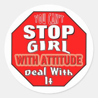 Chica con actitud etiqueta redonda