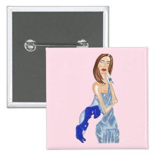 Chica con el botón a mano del vestido azul pin cuadrado
