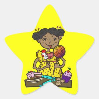 Chica con el caramelo y las tortas pegatina en forma de estrella