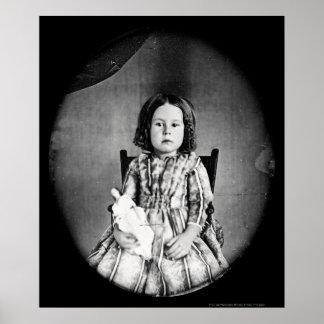 Chica con el Daguerreotype 1844 de la muñeca Póster